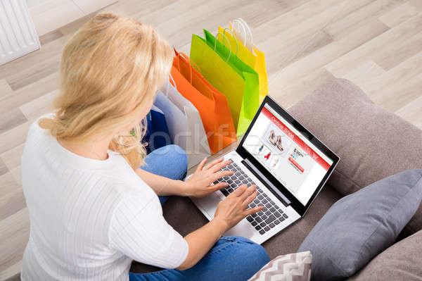 kad n al veri evrimi i diz st bilgisayar kullan yorsan z renkli stok foto raf. Black Bedroom Furniture Sets. Home Design Ideas