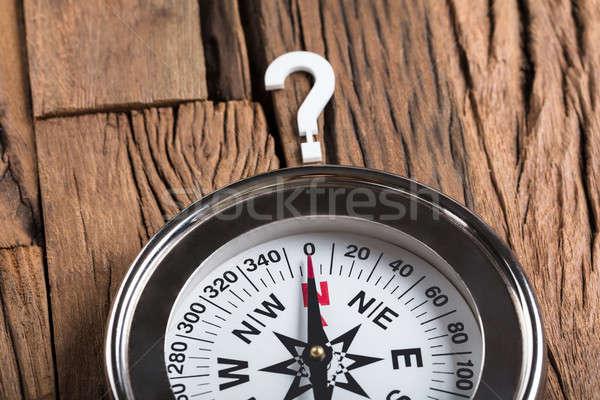 Bússola ponto de interrogação madeira mesa de madeira assinar Foto stock © AndreyPopov