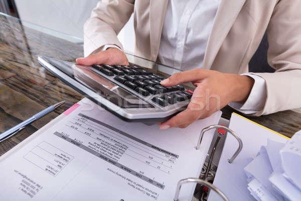 Kobieta interesu strony rachunek Kalkulator biurko Zdjęcia stock © AndreyPopov