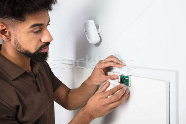 Técnico segurança porta sensor Foto stock © AndreyPopov