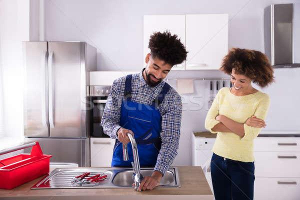 Stockfoto: Loodgieter · kraan · keuken · gelukkig · vrouw