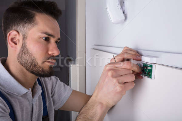 Techniker Festsetzung Sicherheit Tür Sensor Stock foto © AndreyPopov