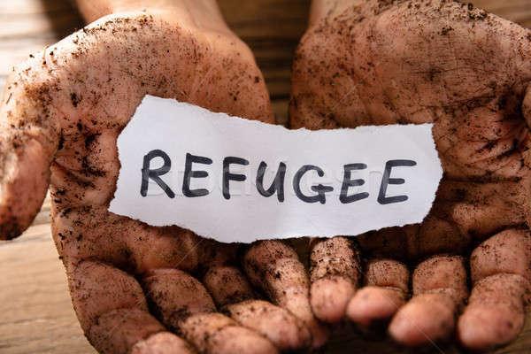 Homem peça papel refugiado palavra Foto stock © AndreyPopov