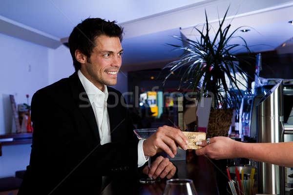Człowiek karty kredytowej bar złota ceny Zdjęcia stock © AndreyPopov