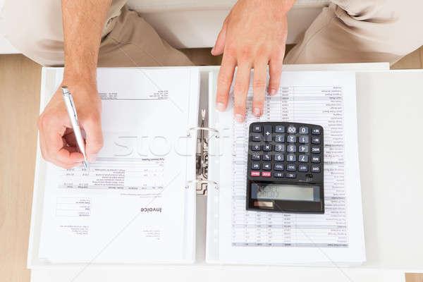 Férfi otthoni pénzügyek asztal magasról fotózva kilátás pénz Stock fotó © AndreyPopov