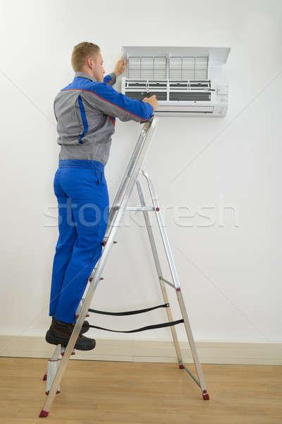 Masculina técnico acondicionador de aire pie hombre Foto stock © AndreyPopov