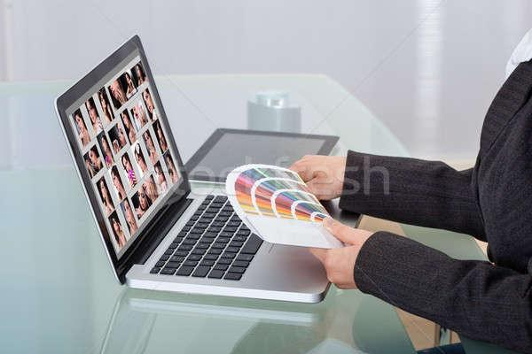 Foto editor usando laptop secretária imagem cor Foto stock © AndreyPopov