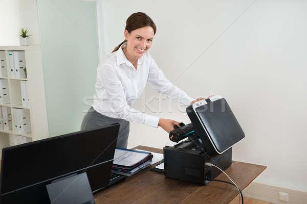 Mujer de negocios láser cartucho impresora escritorio jóvenes Foto stock © AndreyPopov