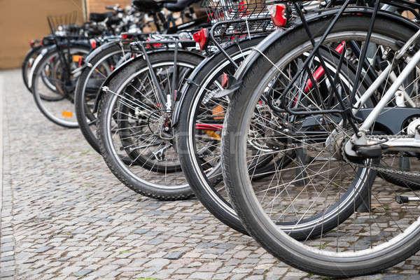 Csoport biciklik parkolóhely csetepaté város utca Stock fotó © AndreyPopov