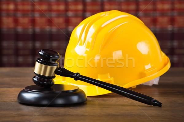 Citromsárga munkavédelmi sisak tárgyalóterem közelkép fából készült asztal Stock fotó © AndreyPopov