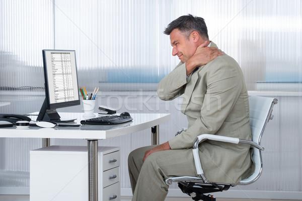 Boekhouder lijden schouderpijn bureau zijaanzicht kantoor Stockfoto © AndreyPopov