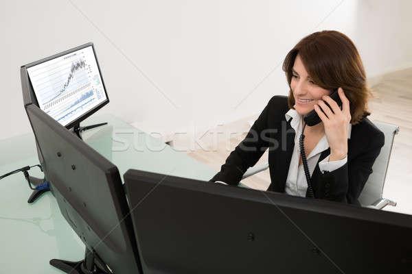 Sorridente jovem feminino mercado de ações corretor trabalhando Foto stock © AndreyPopov