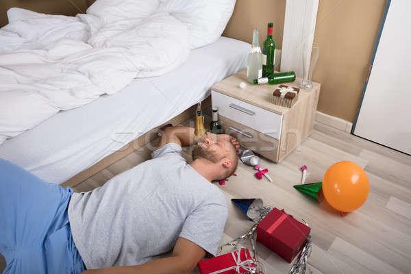 Férfi alszik keményfa padló felfelé sör üvegek Stock fotó © AndreyPopov