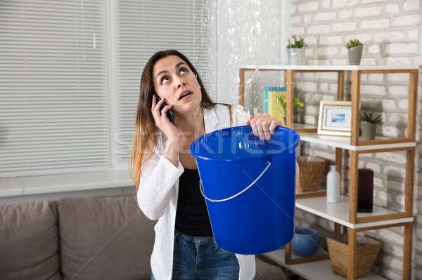 Vrouw roepen loodgieter water lekkage home Stockfoto © AndreyPopov