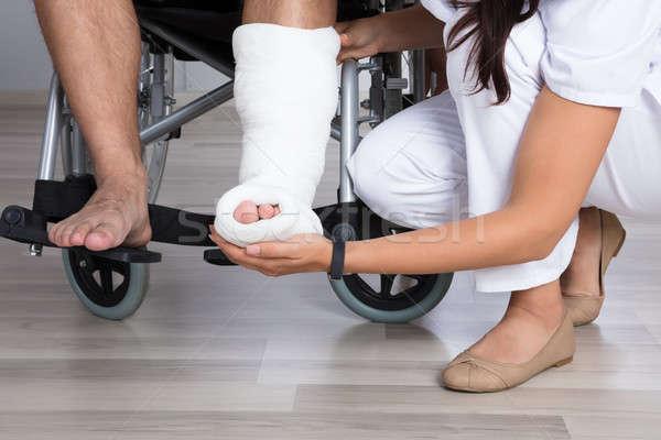 Lekarza niepełnosprawnych nogi kobiet Zdjęcia stock © AndreyPopov