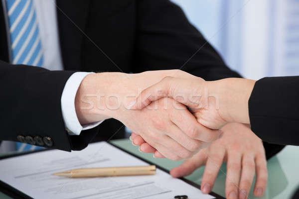 Imagen gente de negocios apretón de manos blanco mujer hombre Foto stock © AndreyPopov