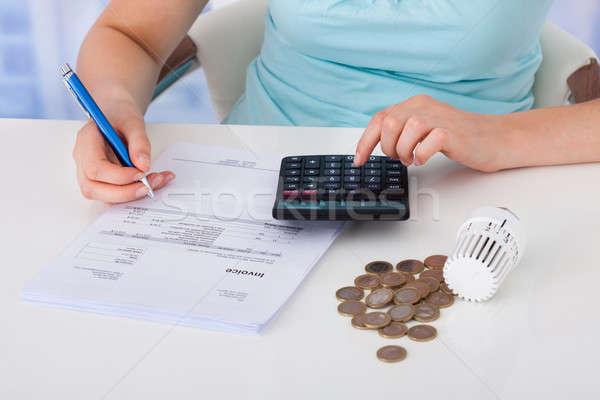 Mujer factura monedas termostato escritorio Foto stock © AndreyPopov
