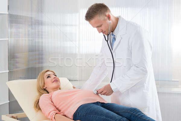 Lekarza kobieta w ciąży stetoskop mężczyzna lekarz młodych Zdjęcia stock © AndreyPopov