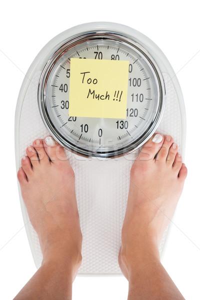 Mulher em pé peso escala nota diretamente Foto stock © AndreyPopov