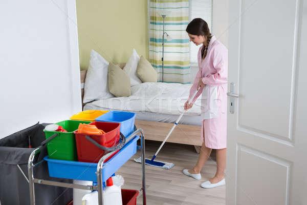 Női házvezetőnő padló boldog hotelszoba otthon Stock fotó © AndreyPopov