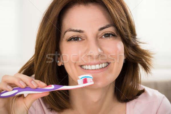 Nő fogkefe fogkrém közelkép mosolygó nő kéz Stock fotó © AndreyPopov