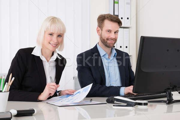 Foto stock: Dois · computador · escritório · mulheres