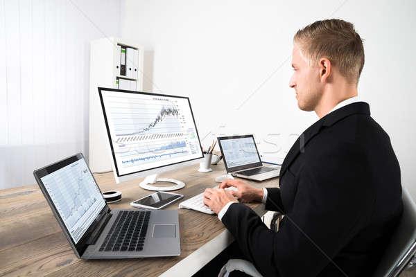 Aktienmarkt Broker schauen Graphen Büro jungen Stock foto © AndreyPopov