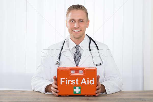 Uśmiechnięty mężczyzna lekarz pierwsza pomoc młodych Zdjęcia stock © AndreyPopov