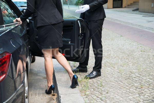 Mannelijke chauffeur opening auto deur zakenvrouw Stockfoto © AndreyPopov
