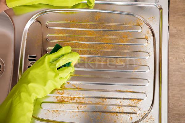 Vrouw schoonmaken roestvrij staal wastafel hand Stockfoto © AndreyPopov