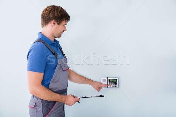 Photo stock: Homme · sécurité · presse-papiers · vue · de · côté · maison