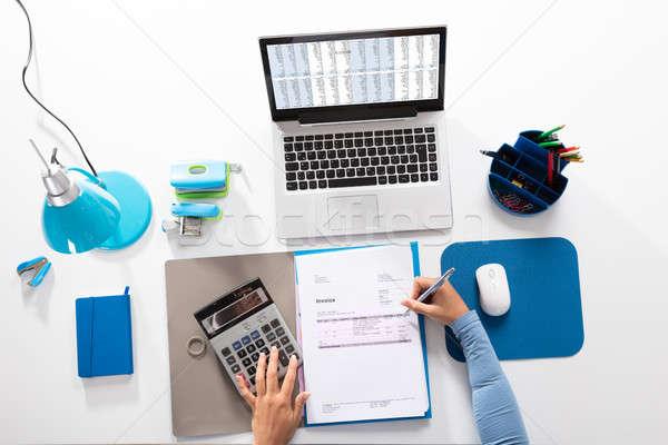 Kobieta interesu rachunek biurko widoku Kalkulator pracy Zdjęcia stock © AndreyPopov