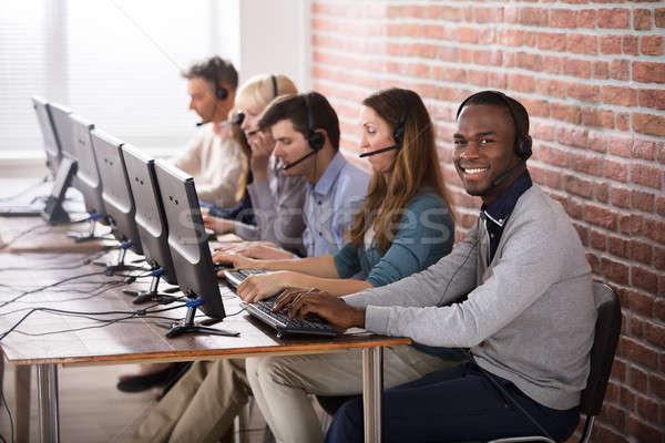 Call center equipe jovem falante clientes negócio Foto stock © AndreyPopov