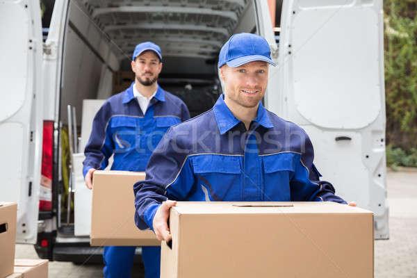 Primer plano dos entrega hombres caja de cartón Foto stock © AndreyPopov