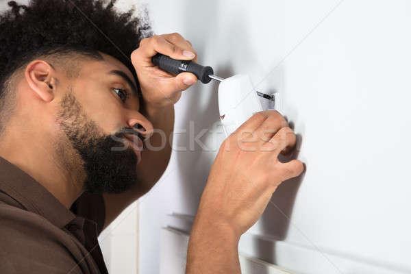 Techniker Installation Sicherheit Bewegung Sensor Seitenansicht Stock foto © AndreyPopov