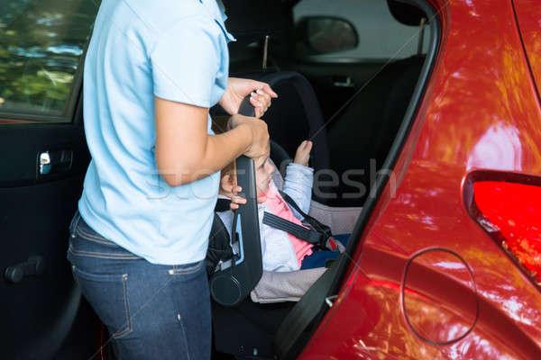 Stockfoto: Moeder · baby · auto · zitting · buiten