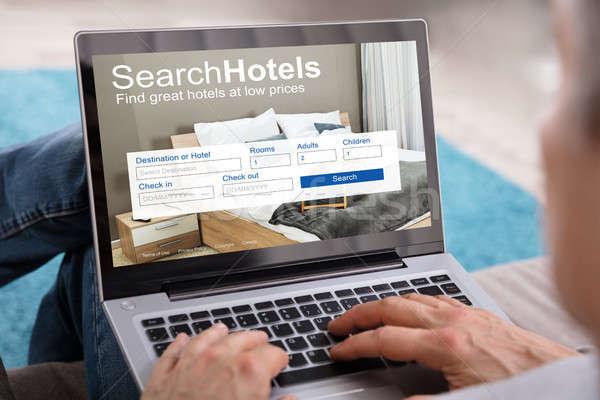 Persoon zoeken hotels laag prijzen laptop Stockfoto © AndreyPopov