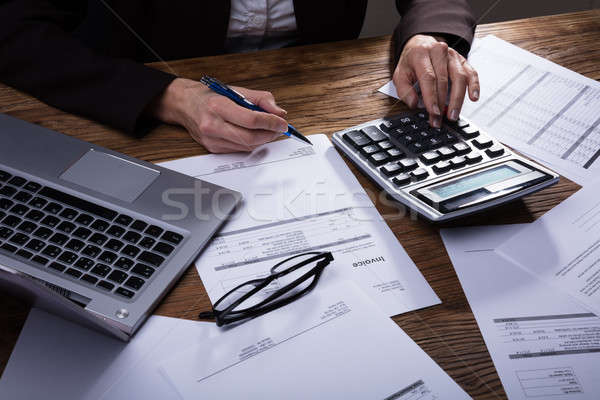Homme d'affaires facture simulateur bureau affaires ordinateur Photo stock © AndreyPopov