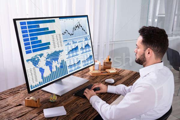 Mercado de ações corretor gráfico computador jovem masculino Foto stock © AndreyPopov