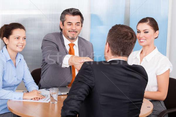 Due business partner stringe la mano colleghi uomo riunione Foto d'archivio © AndreyPopov