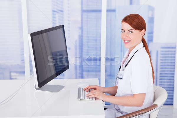 Vrouwelijke arts bureau kliniek portret Stockfoto © AndreyPopov