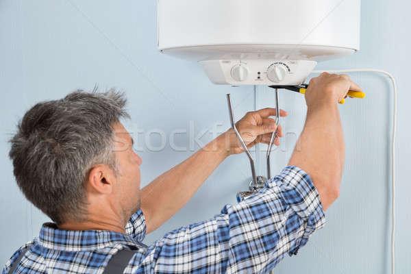 Encanador água aquecedor masculino Foto stock © AndreyPopov