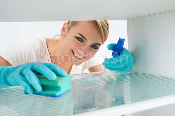 Donna pulizia frigorifero spugna spray sorridere Foto d'archivio © AndreyPopov