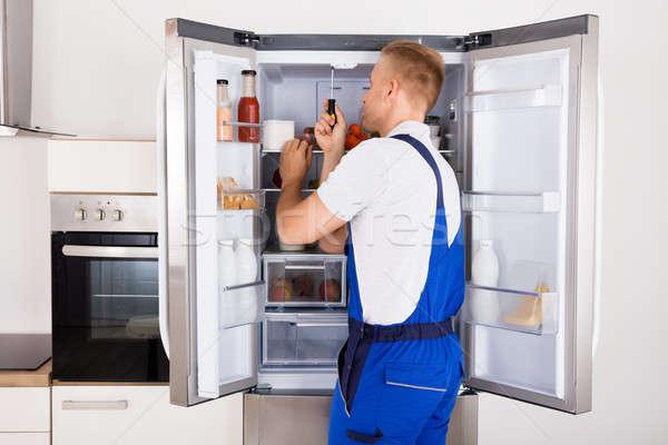 Technikus javít hűtőszekrény férfi törött eszköz Stock fotó © AndreyPopov