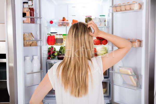 背面図 女性 見える 冷蔵庫 若い女性 キッチン ストックフォト © AndreyPopov