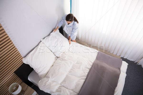 Governanta travesseiro cama feliz feminino quarto de hotel Foto stock © AndreyPopov