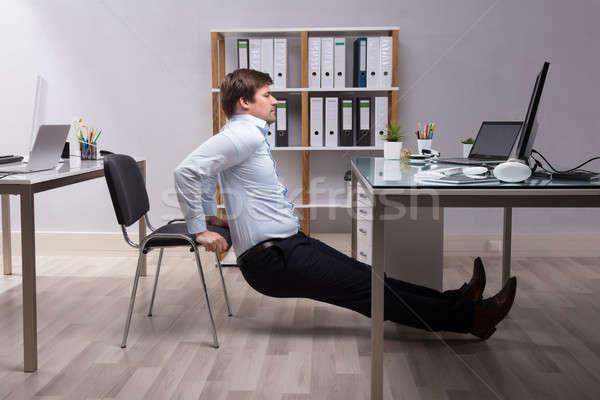 Zakenman triceps kantoor zijaanzicht jonge computer Stockfoto © AndreyPopov