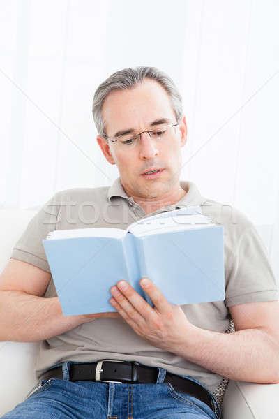 Homem maduro leitura livro retrato modelo quarto Foto stock © AndreyPopov