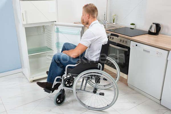 Stock fotó: Mozgássérült · férfi · néz · hűtőszekrény · tolószék · üres