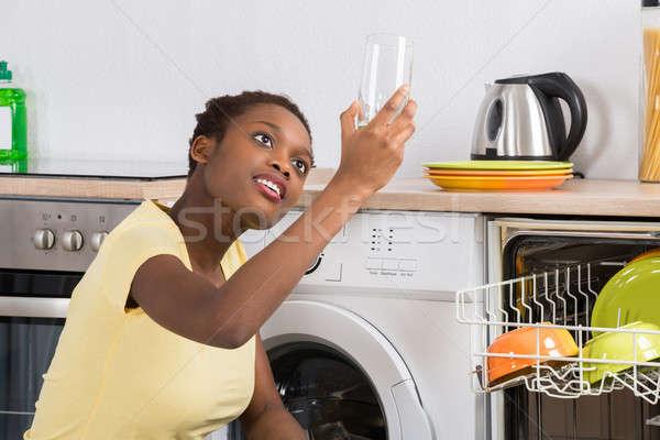 Vrouw naar schone glas jonge afrikaanse Stockfoto © AndreyPopov